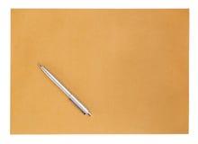 Penna sulla busta su fondo bianco Fotografia Stock Libera da Diritti
