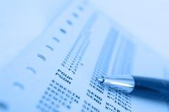 Penna sulla sovrapposizione dell'azzurro del documento w dell'elaboratore centrale Fotografie Stock