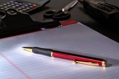 Penna sullo strato del documento del taccuino Fotografia Stock Libera da Diritti