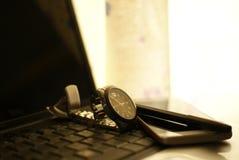 Penna, telefono cellulare, computer portatile ed orologio Fotografie Stock Libere da Diritti