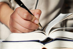 Penna in una mano Fotografia Stock Libera da Diritti