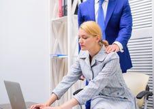 Pennalism på arbete Kvinnlig med att äckla framsidan Arbetsplatspennalismbegrepp royaltyfria bilder