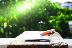 Pennan på trägolv applicerar till finans Royaltyfri Fotografi