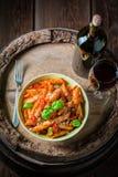 Penne épicé Bolonais servi avec le vin rouge Photos stock