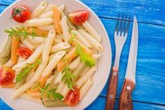 penne ζυμαρικά με την ντομάτα και το arugula Στοκ Εικόνες