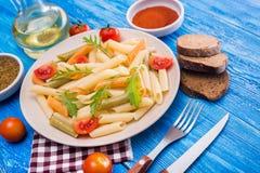 penne ζυμαρικά με την ντομάτα και το arugula Στοκ Φωτογραφία