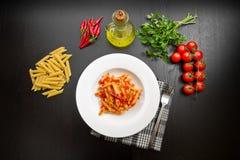 Penne με τη σάλτσα arrabbiata και τα φρέσκα συστατικά Στοκ φωτογραφία με δικαίωμα ελεύθερης χρήσης