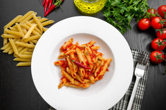 Penne με τη σάλτσα arrabbiata και τα φρέσκα συστατικά Στοκ Εικόνα