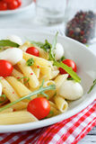Penne με τις ντομάτες κερασιών και το τυρί μοτσαρελών Στοκ φωτογραφίες με δικαίωμα ελεύθερης χρήσης