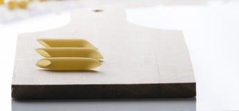 Penne макаронных изделий с разделочной доской Стоковое Изображение RF
