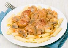 意大利面食penne用丸子和蘑菇酱油 免版税图库摄影