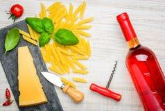 Το τυρί παρμεζάνας, ζυμαρικά της Penne και αυξήθηκε κρασί Στοκ εικόνες με δικαίωμα ελεύθερης χρήσης