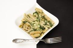 Penne con spinaci in salsa di formaggio Immagini Stock Libere da Diritti