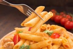 Penne da massa com molho de tomate, alimento italiano imagem de stock