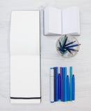 Penne del feltro, taccuini in bianco e tazza di vetro Immagine Stock Libera da Diritti