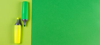 Penne dell'evidenziatore degli indicatori su fondo verde Fotografia Stock