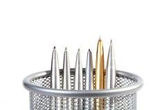 Penne di ball-point del metallo in un supporto Immagine Stock Libera da Diritti