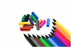 Penne di colore sui precedenti bianchi Immagini Stock