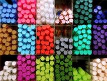 Penne di indicatore variopinte sullo scaffale fotografia stock libera da diritti
