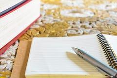 Penne e libri per le note Fotografia Stock Libera da Diritti