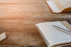 Penne e libri per le note Immagini Stock