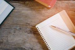 Penne e libri per le note Immagini Stock Libere da Diritti