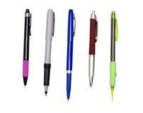 Penne e matita aperta isolate su bianco Fotografia Stock