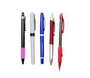 Penne e matita isolate su bianco Immagine Stock