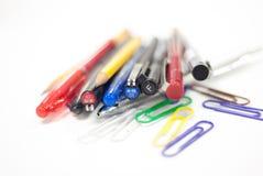 Penne e matite nel fondo bianco Fotografia Stock Libera da Diritti