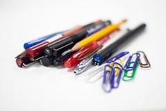 Penne e matite nel fondo bianco Fotografie Stock Libere da Diritti