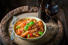 Penne fait maison Bolonais servi avec le vin rouge Photographie stock libre de droits