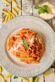 Penne i krämig tomatsås med gräddfil och Voka fotografering för bildbyråer