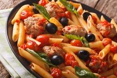Penne italiano da massa com os clos das almôndegas, das azeitonas e do molho de tomate imagem de stock royalty free