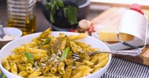 Penne italiano della pasta con la salsa di pesto Fotografie Stock Libere da Diritti