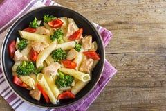 Penne makaron z kurczakiem i warzywami Fotografia Royalty Free