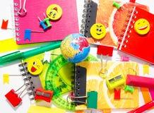 Penne, matite, gomme, con gli smiley e un insieme dei taccuini Immagini Stock