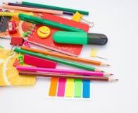Penne, matite, gomme, con gli smiley e un insieme dei taccuini Immagini Stock Libere da Diritti