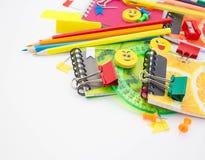 Penne, matite, gomme, con gli smiley e un insieme dei taccuini Fotografie Stock Libere da Diritti