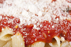 Penne mit Tomatensauce Stockbilder