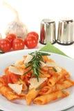 Penne mit Tomatensauce und Parmesankäse Lizenzfreies Stockfoto