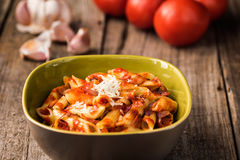 Penne Pasta com molho de tomate cremoso do chouriço imagens de stock