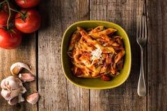 Penne Pasta com molho de tomate cremoso do chouriço foto de stock royalty free