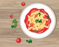 Penne pasta i en rik tomatsås på en träbakgrund Arkivbild