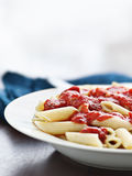 Penne pasta i tomatsås med kopieringsavstånd. Royaltyfri Fotografi