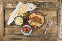 Penne pasta med bolognese sås, bunkar av mellanmål Royaltyfri Bild