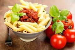 Penne pasta med en bolognese nötköttsås för tomat Arkivbilder