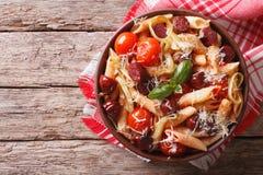 Penne pasta med korven, purjolökar, ost och tomaten horisontalt Arkivfoton