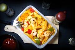 Penne pasta med räka och tomatsås och spansk peppar i den vita asken arkivbilder