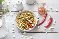 Penne pasta med sparris, den rökte tofuen, chilipeppar och mini- havrelökar i muttersås arkivfoton
