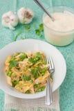 Penne pasta med zucchinin och ärtor Arkivbild